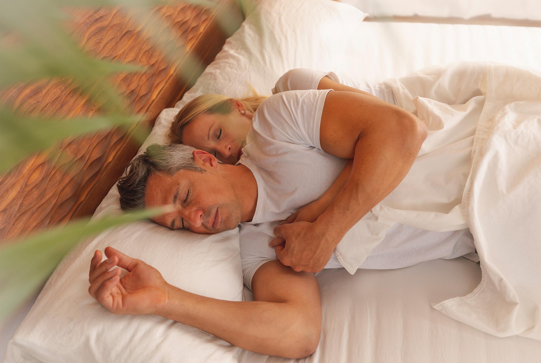 Paar schläft entspannt